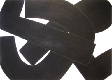Schwarze Formen bewegen sich auf weißem Grund, in der Mitte ein kleines rotes Dreieck.