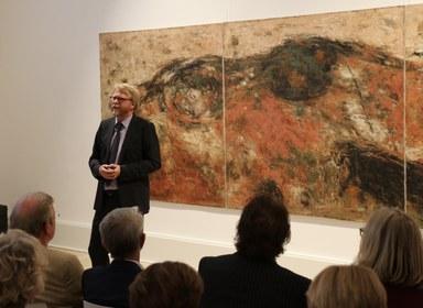 Museumsdirektor Dr. Christoph Otterbeck eröffnet die Ausstellung vor mehr als 80 Besuchern und dem mit Familie anwesenden Künstler.
