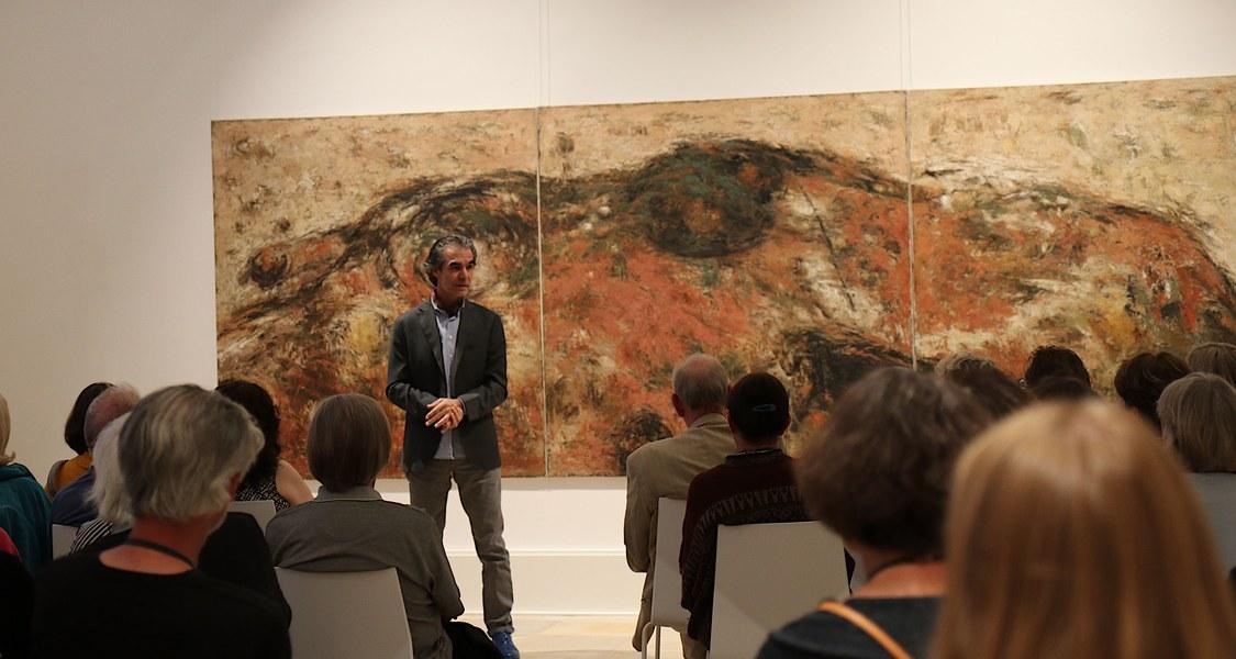 Adnan Abd Al-Rahman bei der Ausstellungseröffnung vor einem seiner Werke.