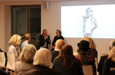 Im Brunnensaal des Museums sind Museumsdirektor Dr. Christoph Otterbeck und die Künstlerin Perihan Arpacilar vom Atelier Goldstein im Gespräch.