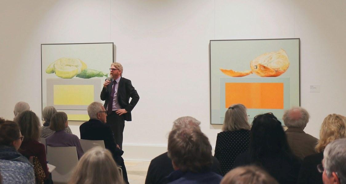 """Dr. Christoph Otterbeck während der Eröffnungsrede zur Ausstellung """"message of painting"""" von Rolf Gith."""