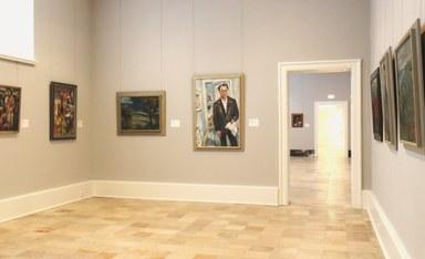 Zu sehen ist die Raumansicht der neu präsentierten Sammlung. Gezeigt werden Kunstwerke aus dem sogenannten