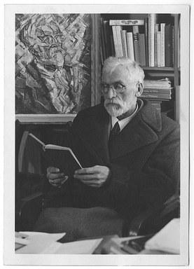 Porträtfotografie (anonym) Richard Hamann vor seinem gemalten Bildnis von Reinhard Schmidhagen, 1947.