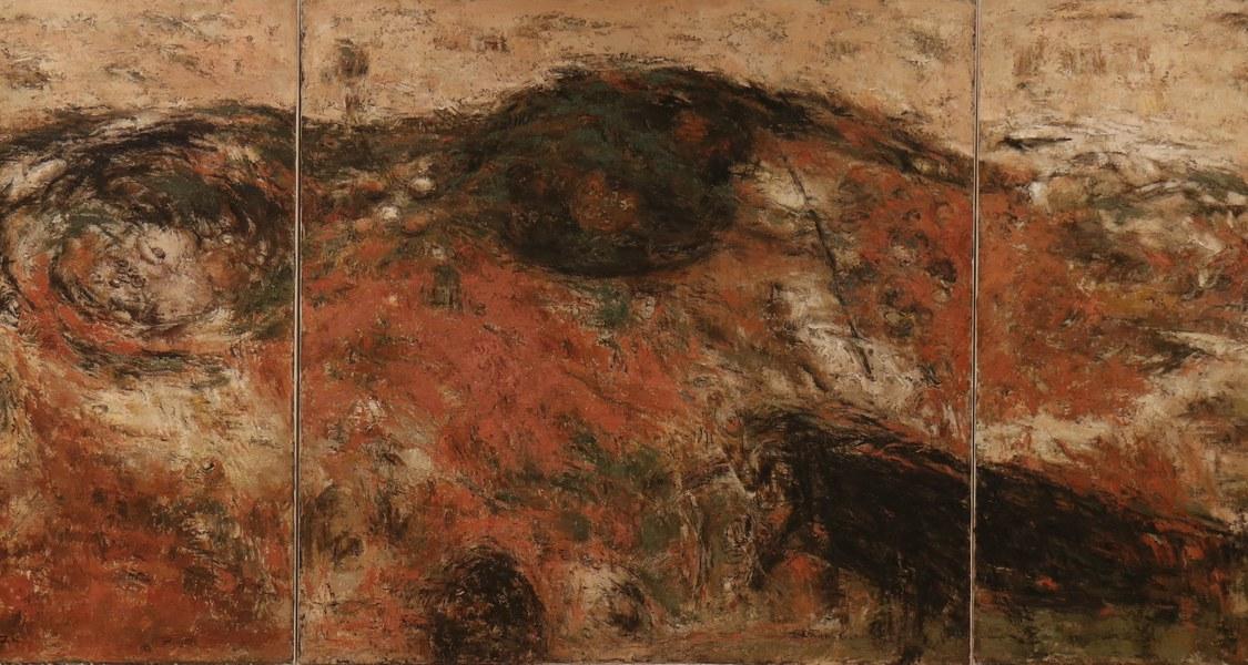 Drei großformatige Leinwände mit abstrakter Malerei in Sand- und Erdtönen.