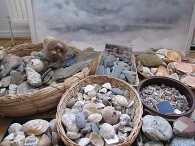 Stein- und Muschelsammlung im Atelier von Doris Conrads