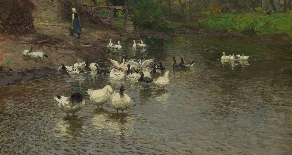 Das Gemälde zeigt eine Ansammlung Gänse, die sich auf einem Gewässer tummeln. Gesäumt wird der Teich von satten, grünen Wiesenhängen, Stall, Bäumen und Büschen.