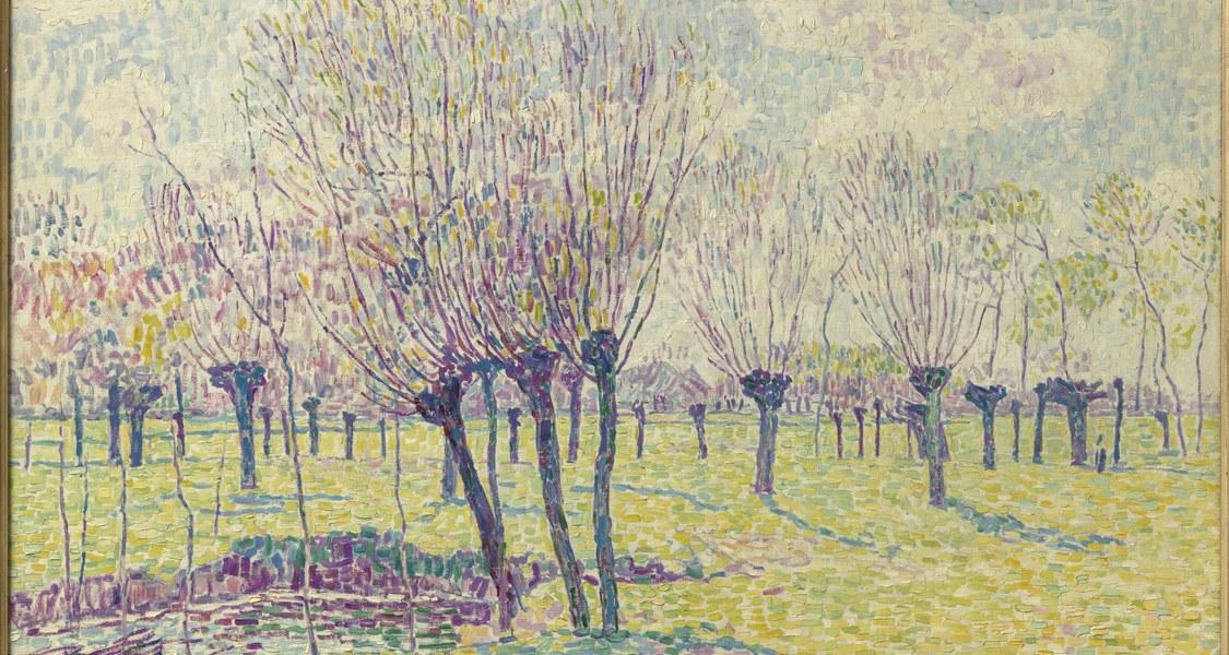 Dargestellt ist eine hellgrüne Wiese mit zahlreichen spärlich belaubten violett-blauen Weidenbäumen im pointillistischen Stil.