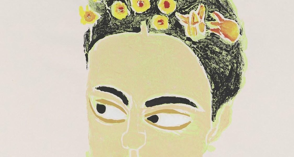 Überlebensgroßes Porträt der Künstlerin Frida Kahlo. Frida trägt ein grünes, gemustertes Oberteil und einen rot-braunen Schal. Das mit gelb-roten Blumen übersäte Haar ist zum hohen Kranz festgesteckt.