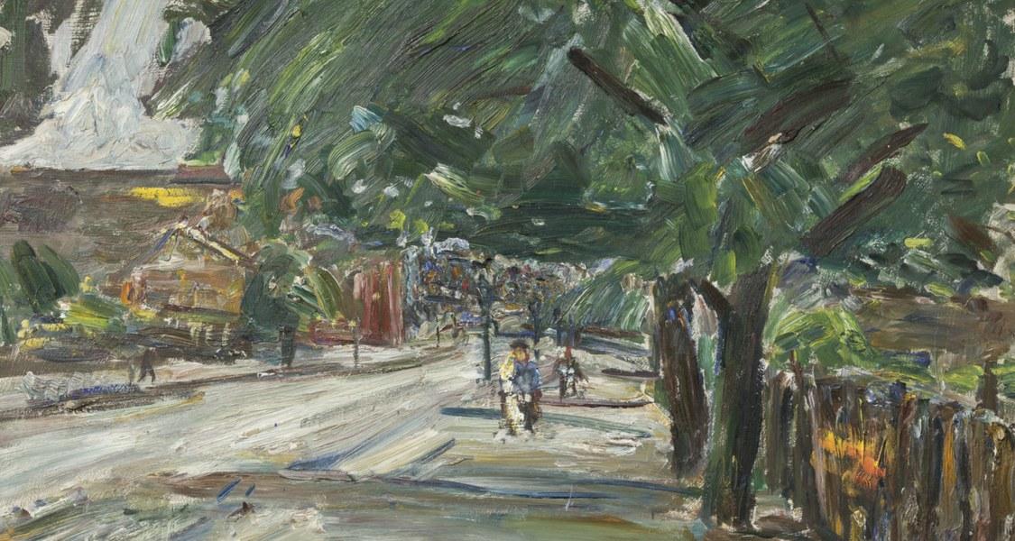 Blick auf eine gerade Straße unter Bäumen mit breiter Krone, darunter Passanten.