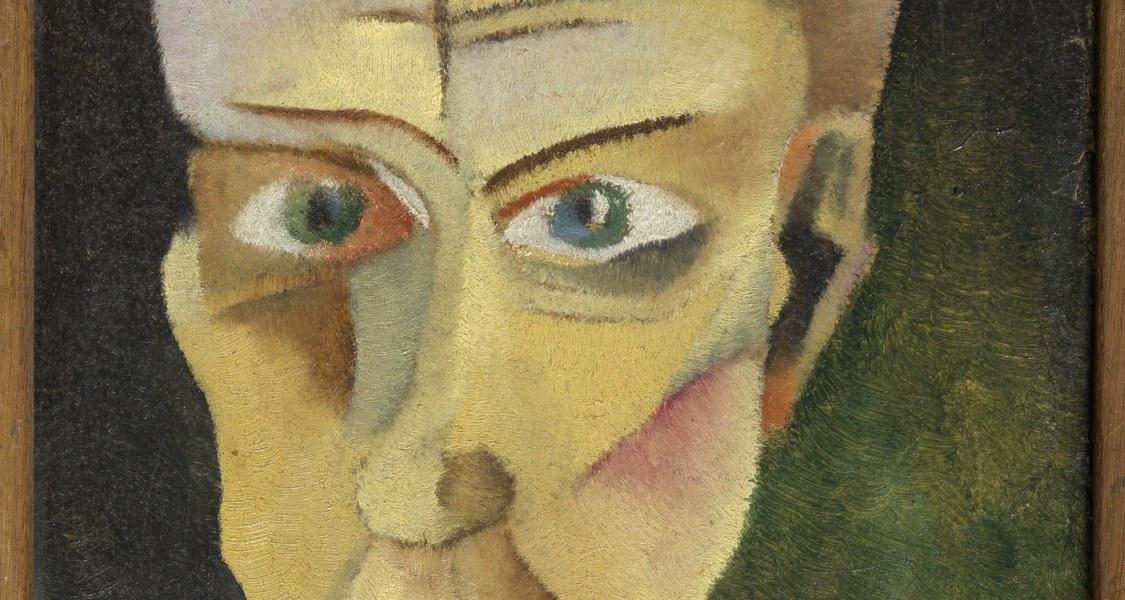 Das schmale Hochformat zeigt vor einem diffusen Hintergrund einen gut gekleideten Herrn mit Anzugjacke, Weste und Fliege. Im Bildvordergrund deutet ein helles Dreieck die Ecke eines Tisches oder ein Tablett an, auf dem sich, ein Glas Absinth mit goldfarbenen Absinth-Löffel befindet.