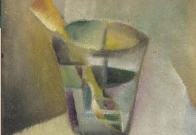 kubistisches Glas mit einem Löffel und Inhalt