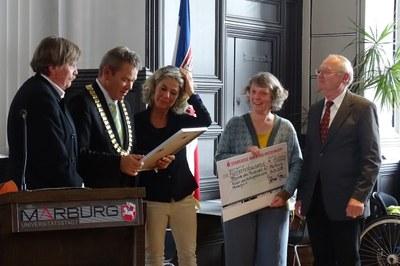 Der Vorstand der Museumsfreunde bei der Überreichung der Zuwendung des Jürgen-Markus-Preises. Hier zu sehen mit dem Oberbürgermeister Dr. Thomas Spies.