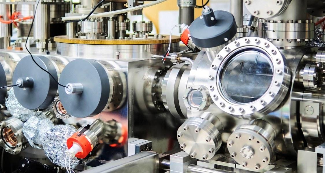 Es ist eine UHV-Apparatur (Ultra-Hoch-Vakuum), mit der mit spektroskopischen Methoden grundlegende Prozesse an Oberflächen, wie Adsorption, Coadsorption und Reaktionen von Atomen und kleineren Molekülen an Oberflächen untersucht werden können.