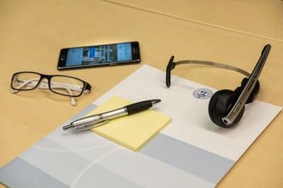Schreibtisch mit Handy und Headset