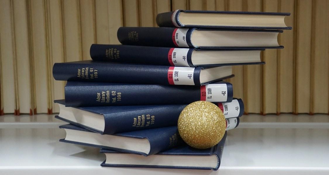 Bücherstapel mit einer Adventskugel