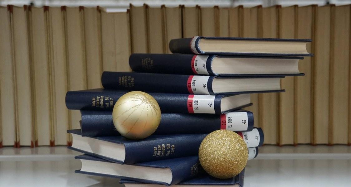 Bücherstapel mit zwei Adventskugeln