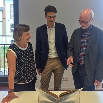 UB-Direktorin Dr. Andrea Wolff-Wölk und Dr. Bernd Reifenberg, Leiter der Abtlg. Historische Bestände (rechts) freuen sich über die Buchpatenschaft des Rotary Clubs, vertreten durch den amtierenden Präsidenten Herrn Björn Gemmer