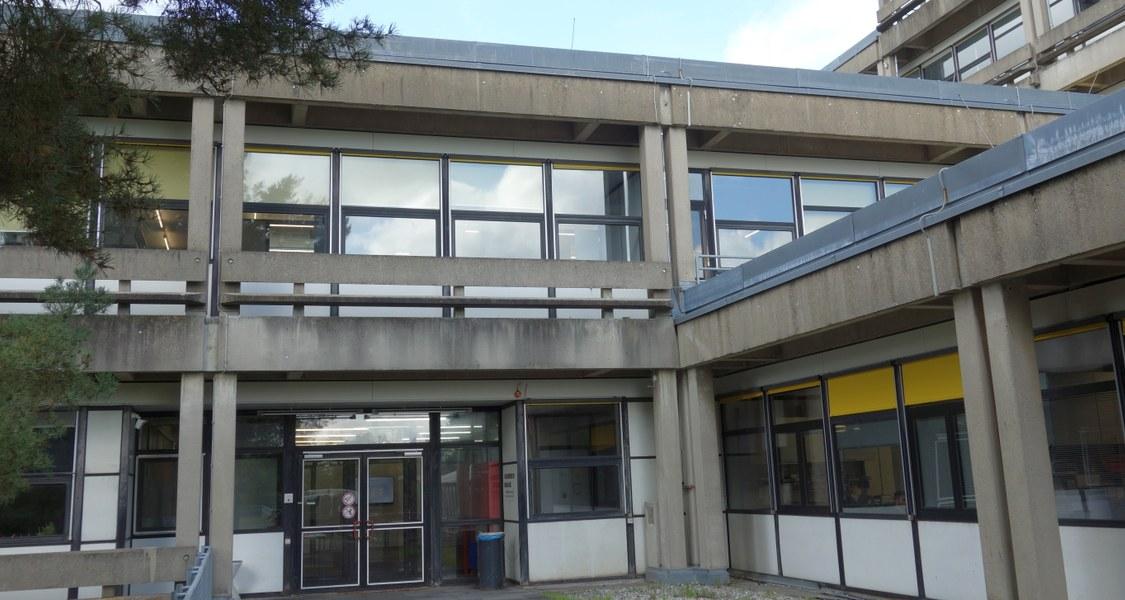 Südseite des Fachbereichs Biologie mit Blick auf Bibliothek Biologie