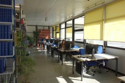 PC-Arbeitsplätze in der Bibliothek Biologie mit Studentin