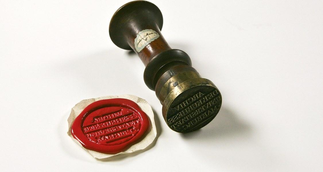 Siegelstempel des Universitätsarchivs aus der Zeit des Kurfürstentums Hessen (1803-1806,1813-1866) mit modernem Lackabdruck. UniA MR 305s Nr. 11