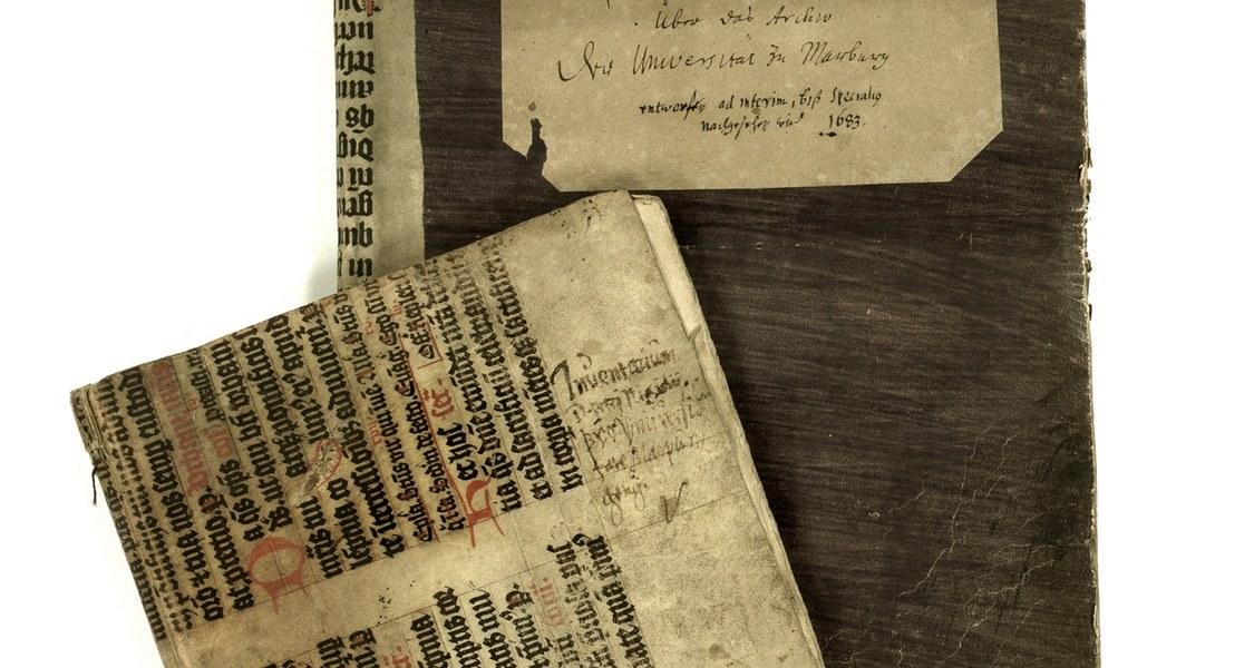 Verschiedene Verzeichnisse von Akten, darunter das älteste überlieferte Inventar von 1604, das der Rektor Petrus Nigidius d. J., der seit 1595 Syndicus war, nach seiner Emeritierung zusammenstellte Verzeichnisse 1604, 1683 in UniA MR 305a Nr. 7429.