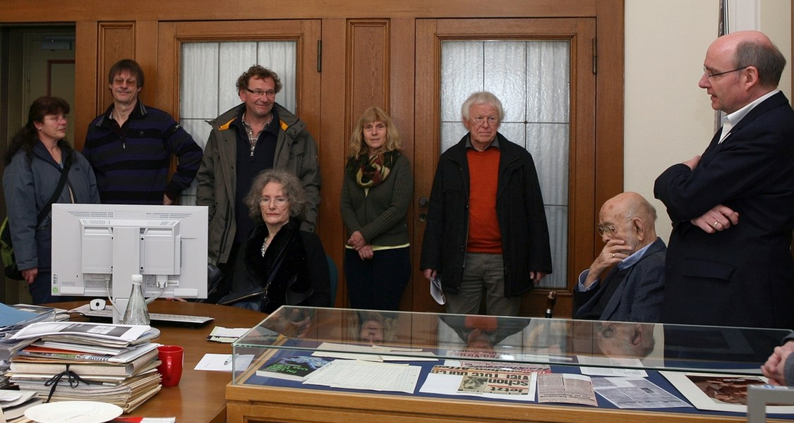 Dr. Christoph Franke (rechts) stellt das Verzeichnungsprojekt Archiv der Behringwerke am Tag der Archive (4. März 2018) interessierten Besuchern vor.