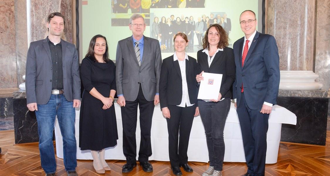 Gruppenfoto: die Delegation der Philipps-Universität präsentiert gemeinsam mit dem Hessischen Innenminister Peter Beuth und der Staatssekretärin Ayse Asar das Gütesiegel-Zertifikat.