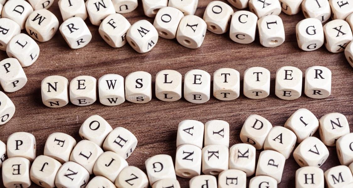 """Würfel mit Buchstaben bilden Das Wort """"Newsletter""""."""