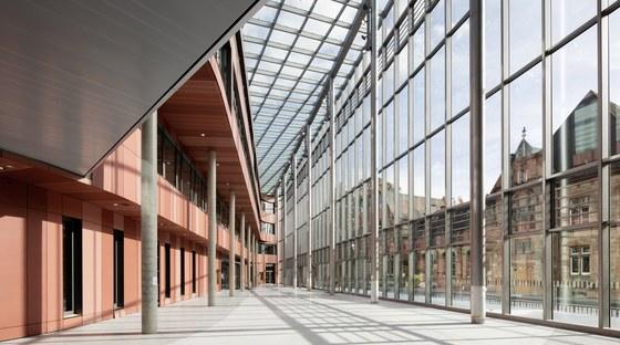 Die neue Universitätsbibliothek entsteht derzeit auf dem Campus Firmanei. Etwa 2,5 Millionen Bände sollen auf rund 18.000 Quadratmetern Fläche Platz finden. Den Nutzerinnen und Nutzern wird ein wesentlich größerer Freihandbestand zur Verfügung stehen.