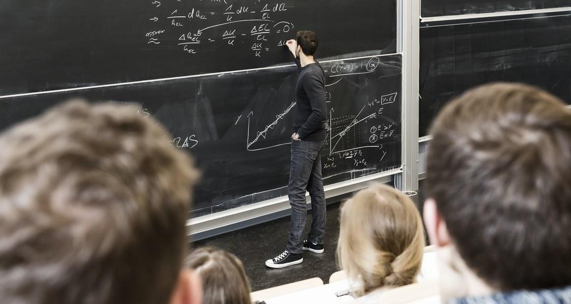 Illustration zum Thema Lehre mit Dozenten an Tafel und Studierenden, die auf Tafel schauen.