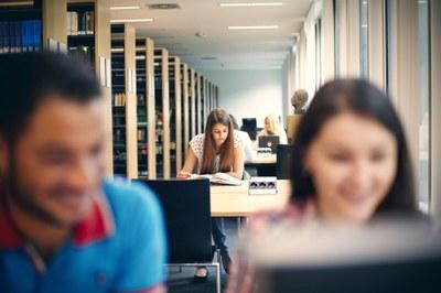 Studierende lesen in einer Bibliothek