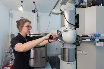 Versuch an Raster-Transmissions-Elektronenmikroskop