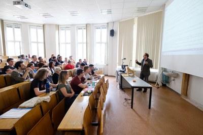 Dozent und Studierende im Hörsaal