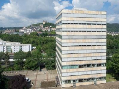 Turm der Geisteswissenschaften und Marburger Oberstadt im Hintergrund