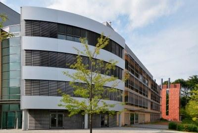 Blick entlang der Fassade des Biomedizinischen Forschungsinstituts auf das BSL-4-Labor