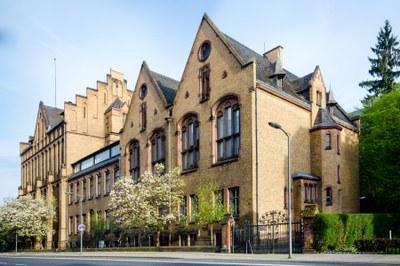 Blick auf die Fassade der ehemaligen Staatsbibliothek
