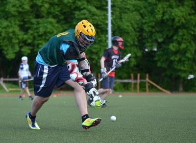 Studierende spielen Lacrosse