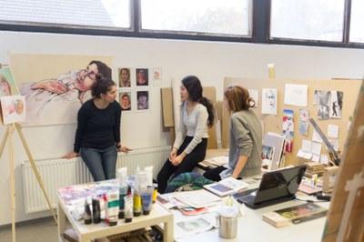 Studierende unterhalten sich in Kunstwerkstatt