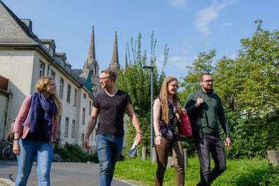 Studierende gehen über den Innenhof des Carolinenhauses
