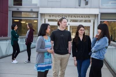 Studierende unterhalten sich auf der Mensabrücke