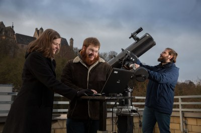 Studierende beobachten Sterne
