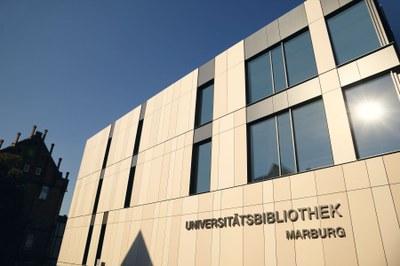 Außenansicht der neuen Universitätsbibliothek mit Schriftzug