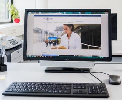 Computerbildschirm mit dem geöffneten Web-Auftritt der Philipps-Universität