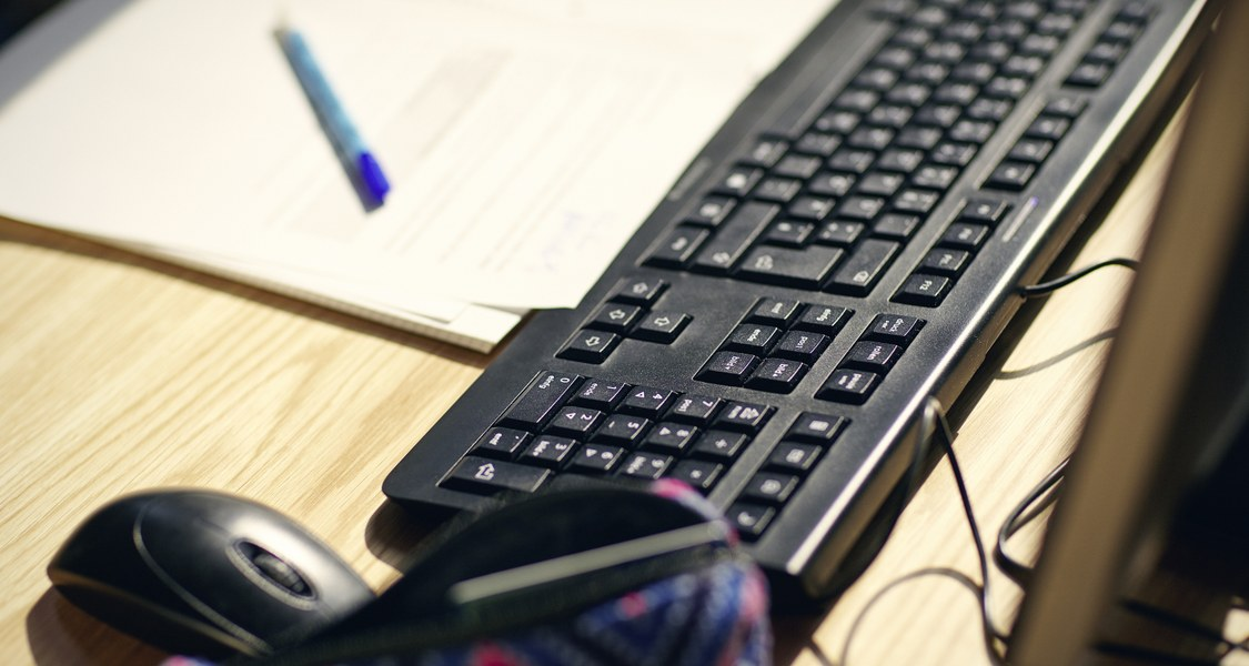 Computertastatur mit Block und Stift