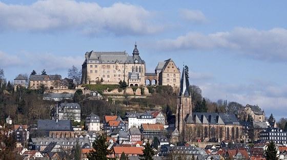 Die Universität hat mit einigen Marburger Hotels Sonderkonditionen vereinbart, die Sie für die Gäste Ihrer Tagung oder Ihres Kongresses nutzen können. In Rahmenverträgen sind die Konditionen für die Buchung von Zimmern übersichtlich für Sie zusammengestellt.