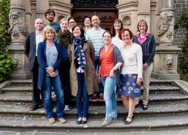 Menschengruppe auf einer Treppe