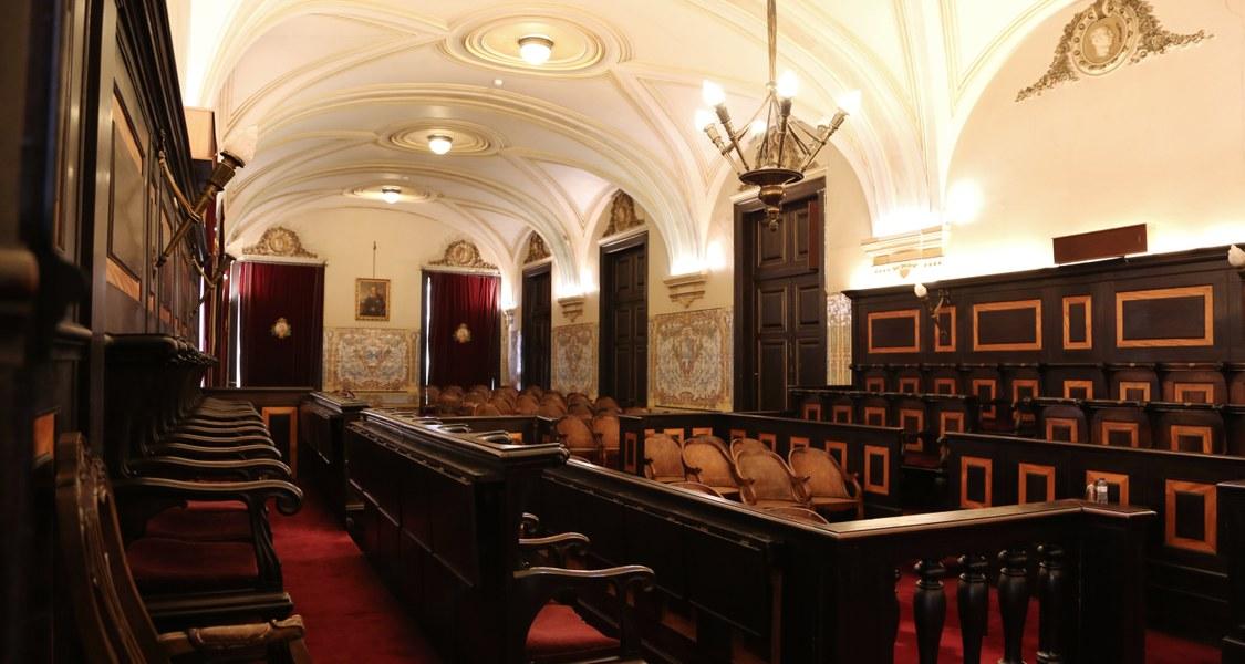 Hier sehen sie einen alten Sitzungssaal einer Akademie von Innen