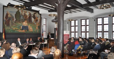 ICWC Director Professor Safferling welcoming the audience and the first panel – comprised of the host Professor Conze (ICWC, Marburg) and the guests Professor Weckel (Gießen), Judge Dr. Kaul (ICC, Den Haag) and Professor Kreß (Köln).
