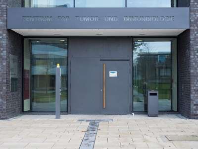Entrance area of the building (Hans-Meerwein-Straße, Center for Tumor Biology and Immunology)
